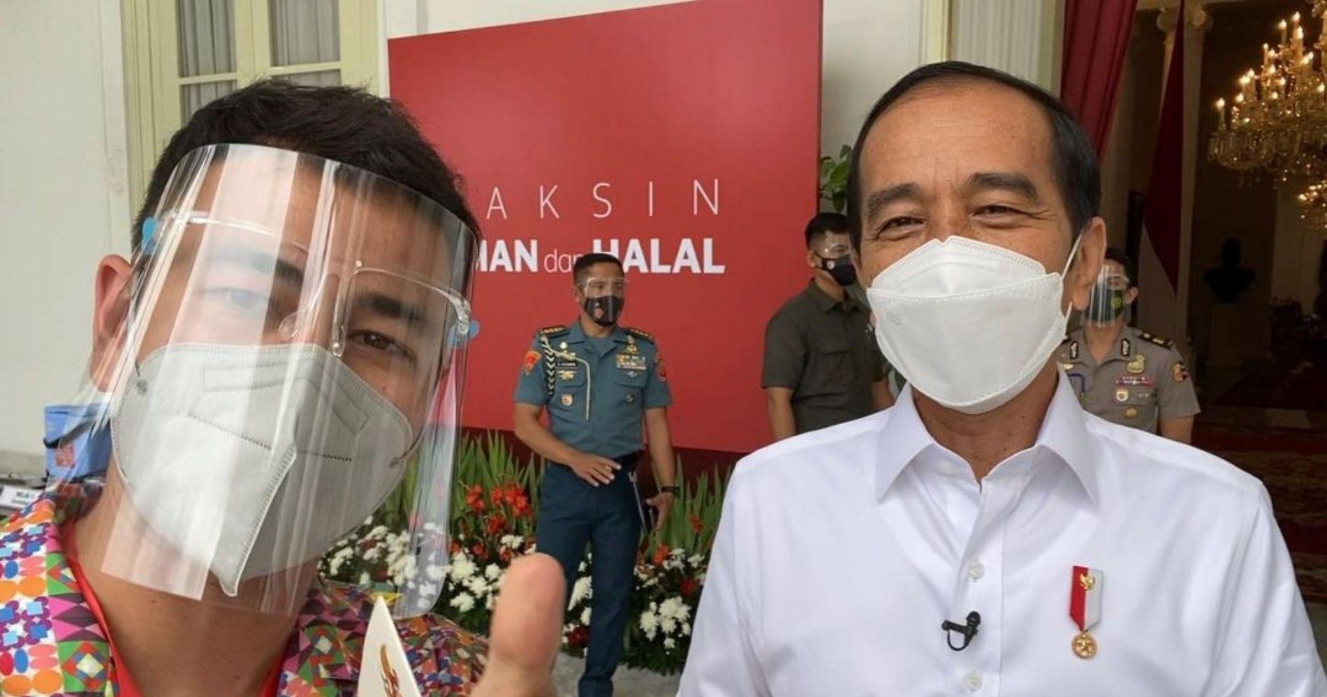 Raffi Ahmad berfoto bersama Presiden Joko Widodo saat pemberian vaksin Covid-19 - Image: Instagram @raffinagita1717