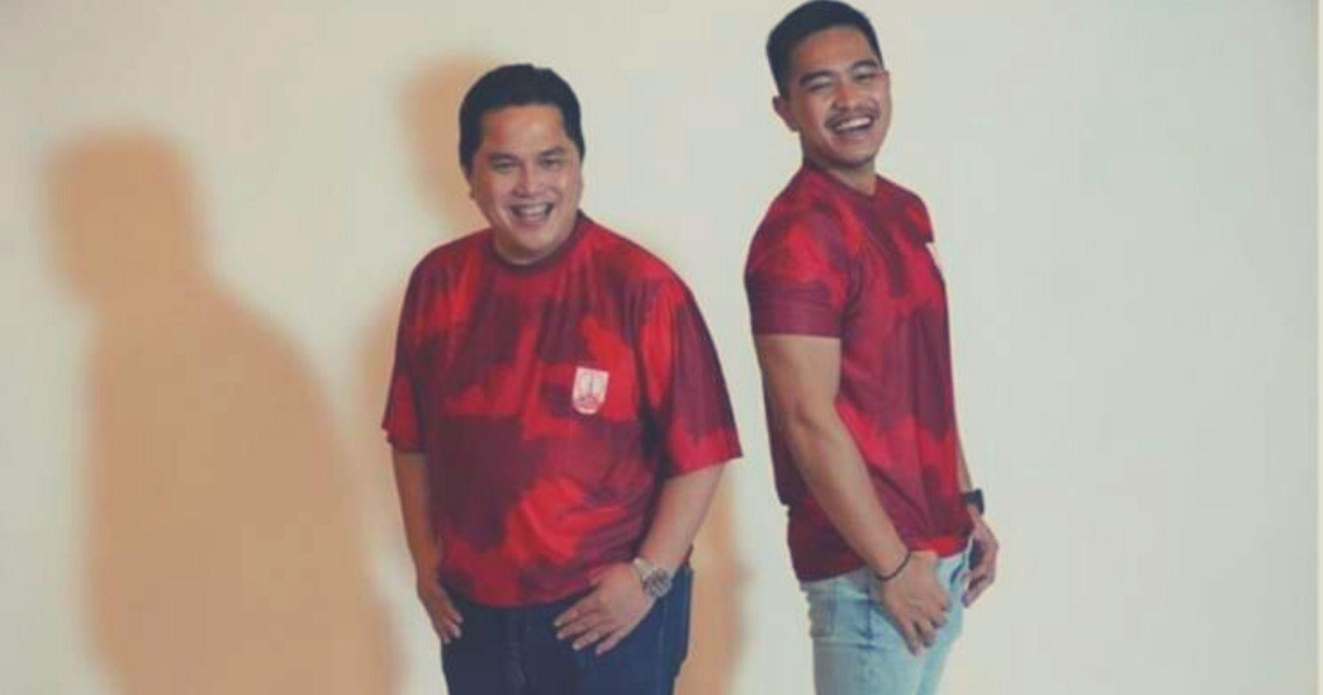 Kaesang Pangarep dan Erick Thohir berpose dengan kaos klub bola Persis Solo - Image: Bisnis.com