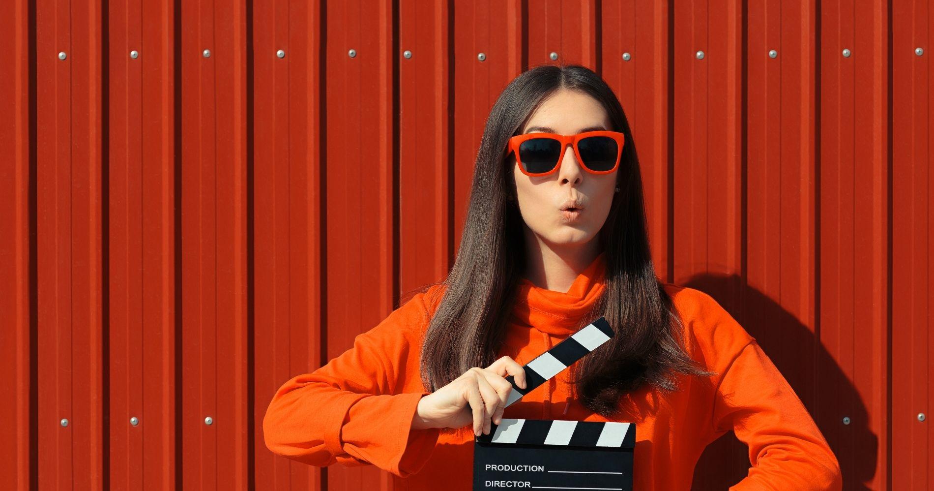 Ada Apa dengan Saham FILM Illustration Web Bisnis Muda - Canva