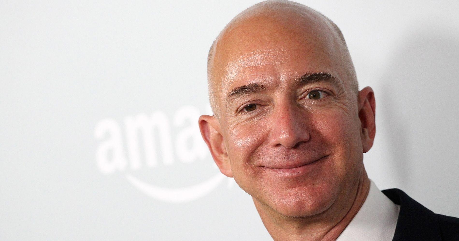 Jeff Bezos Bakal Bangun Yacht Mewah Illustration Web Bisnis Muda - Canva