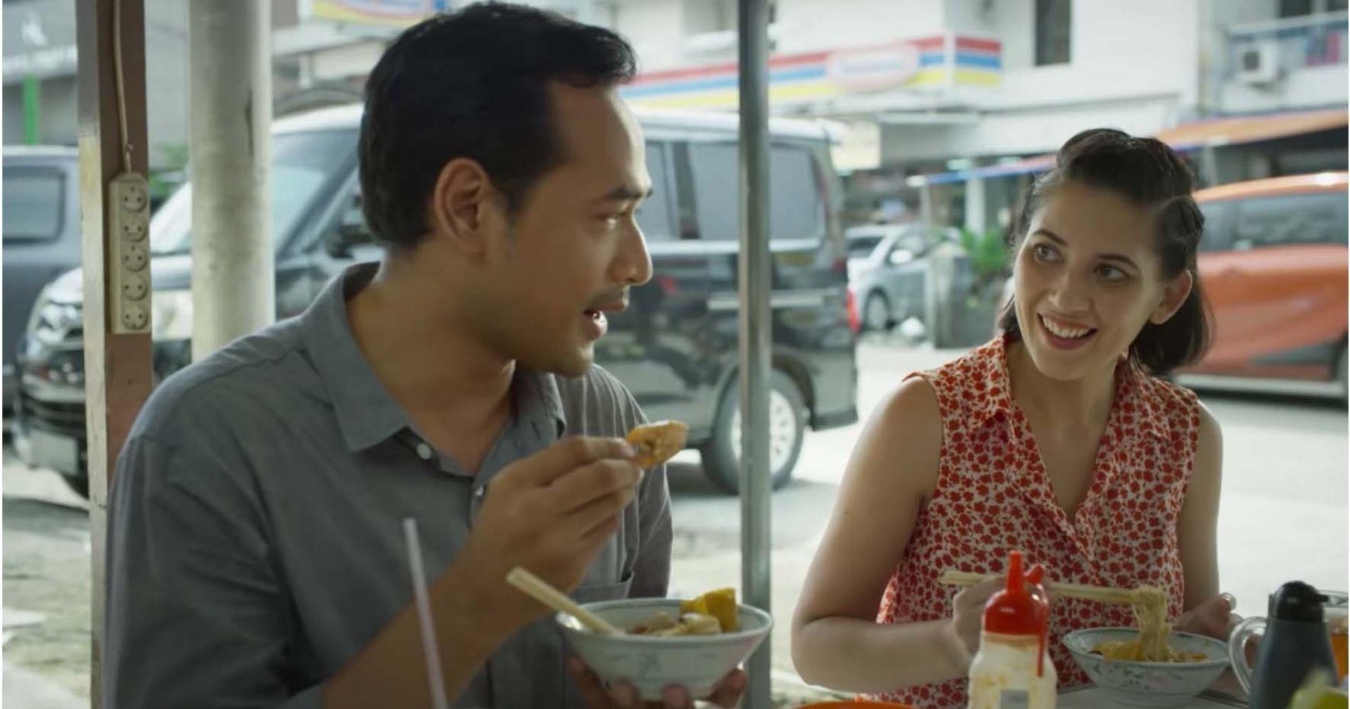Farish dan Nad yang mencicipi Bakmi Kepiting Pontianak dalam film Aruna dan Lidahnya - Image: Palari Films