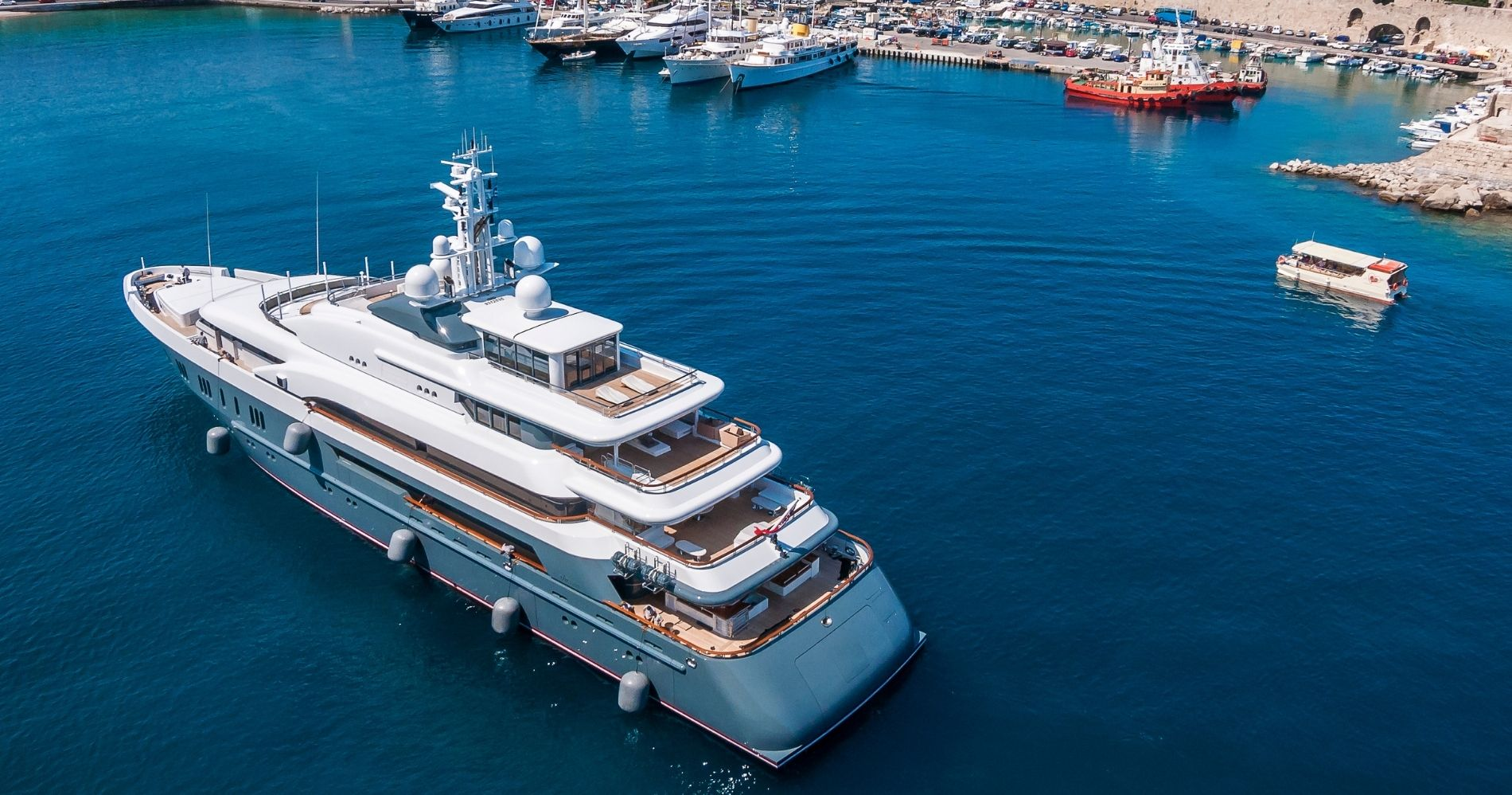 Penjualan Superyacht Meningkat Illustration Web Bisnis Muda - Canva