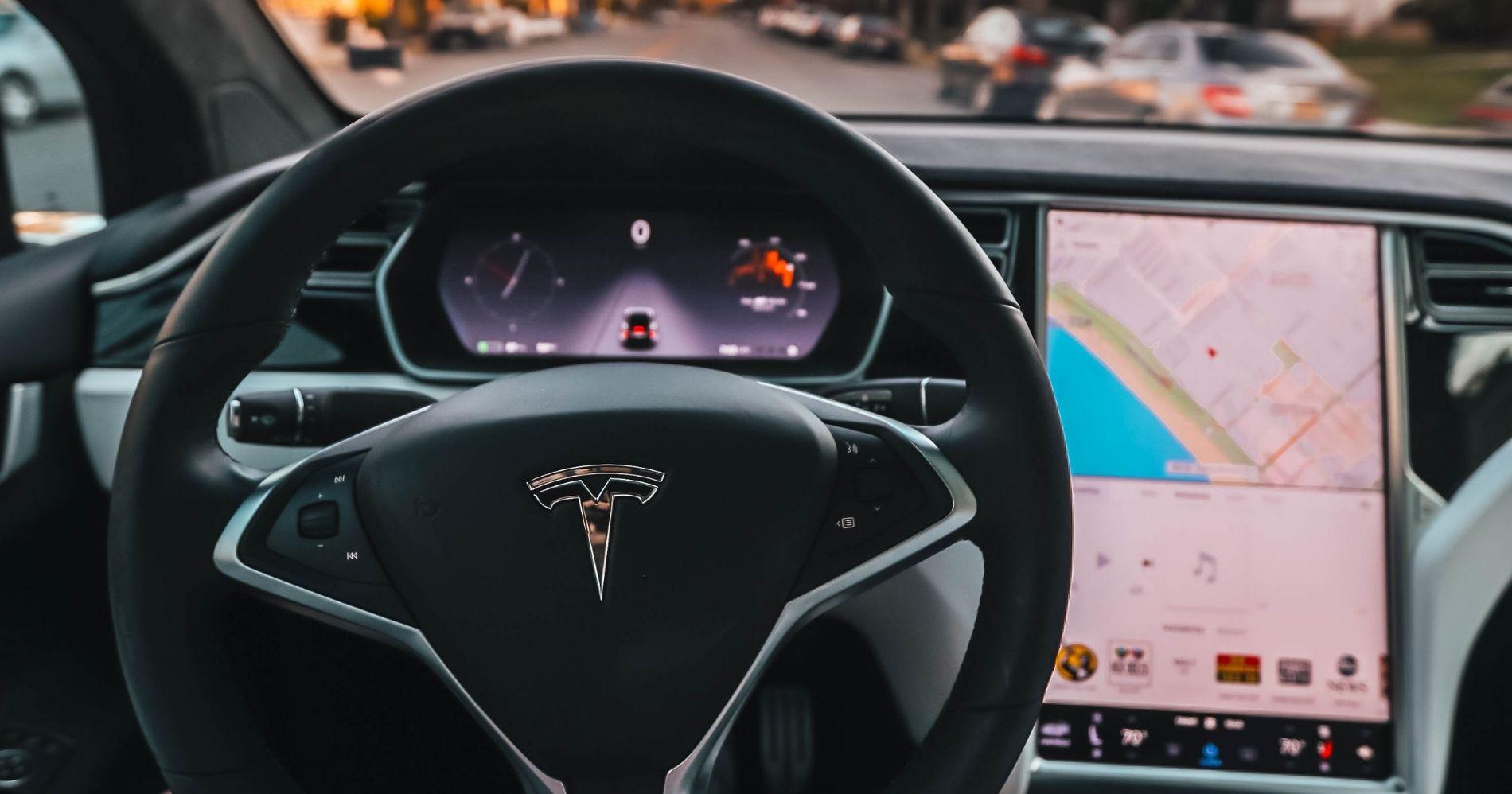 Tesla Model S Plaid Illustration Web Bisnis Muda - Canva