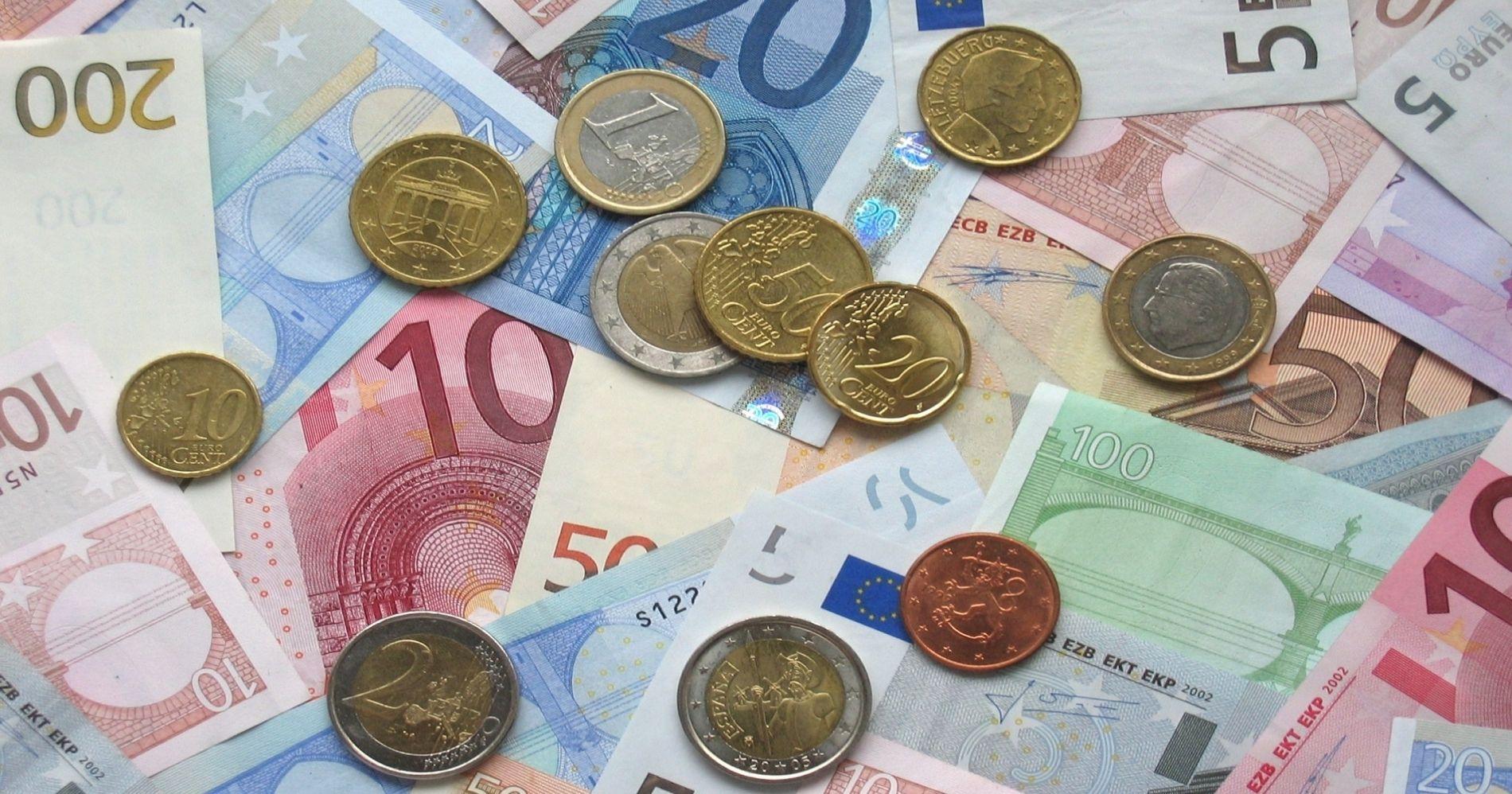 Ilustrasi Gambar Uang Koin dan Kertas yang bisa ditukarkan di Bank Indonesia dan Umum - Bisnis Muda - Canva.com