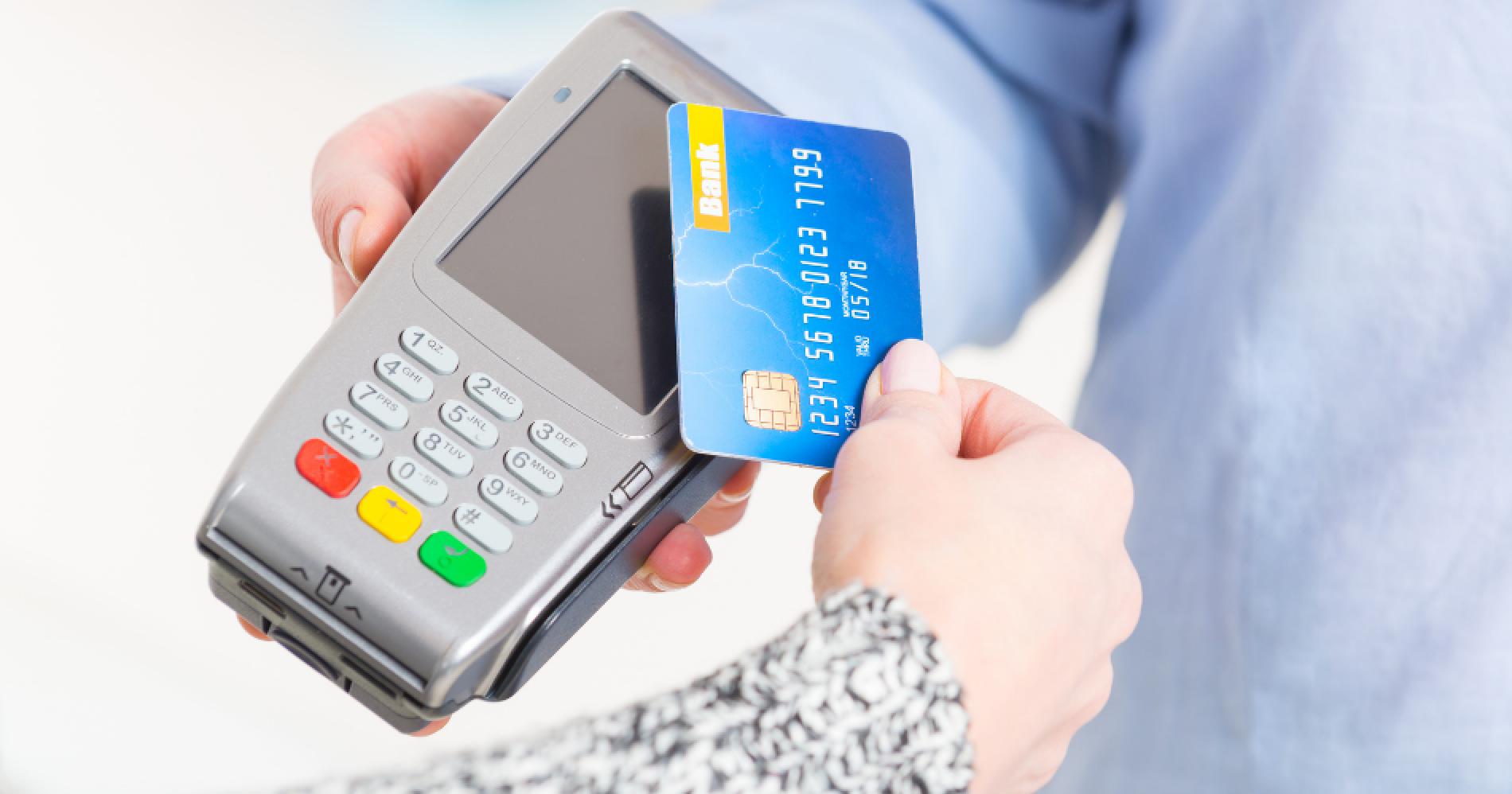 Plus Minus Pakai Debit Card vs Credit Card Illustration Web Bisnis Muda - Canva